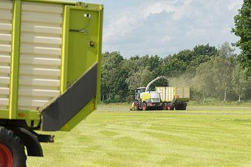 hakselaar en transport van gras met tractor en wagen van Tonko Oosterink