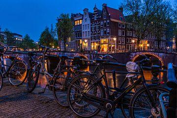 Bridge over the prinsengracht in Amsterdam at night von John Ouds