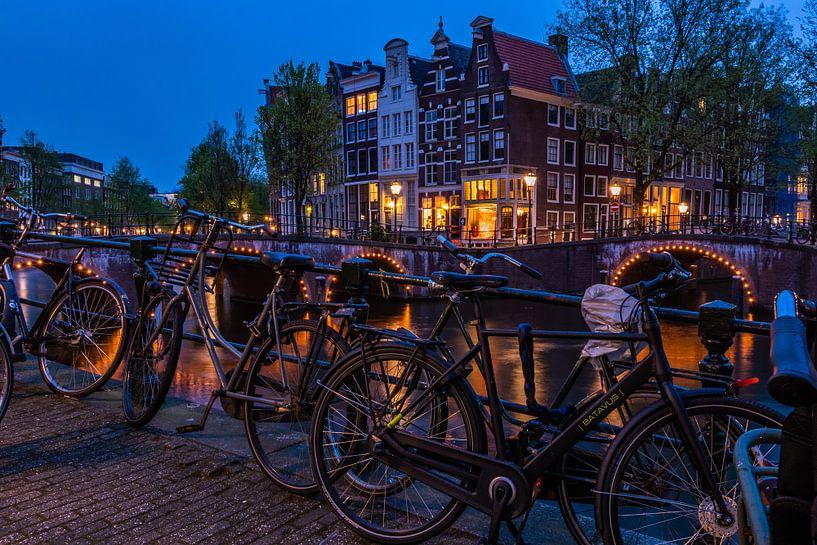 brug over de Prinsengracht in de avond van John Ouds