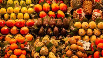 op de markt van Barcelona liggen alle denkbare soorten fruit van Studio de Waay