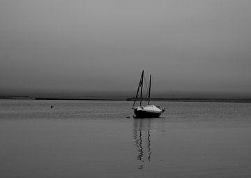 Zeilboot in de haven van Stromness van Mario van Loon