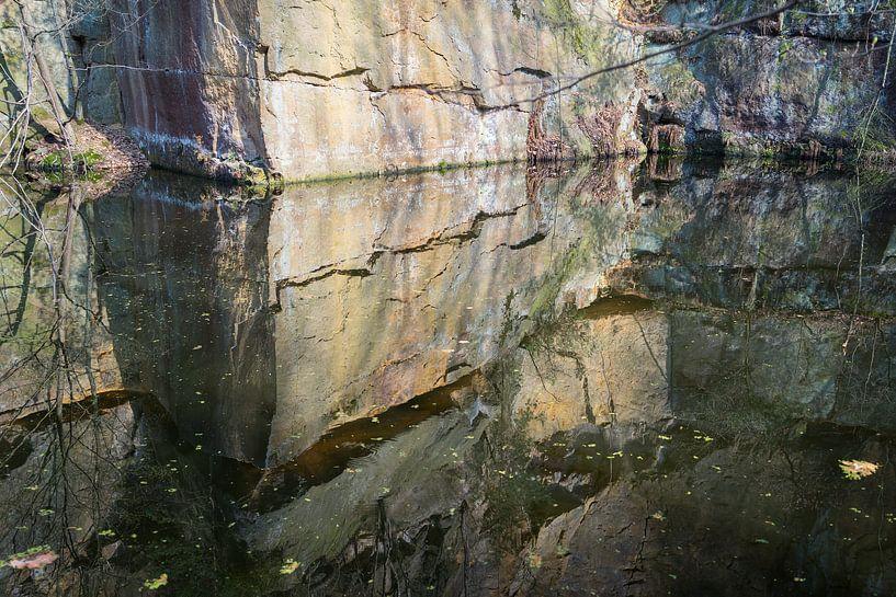 Spiegelung im Steinbruch 2 von Adriana Mueller