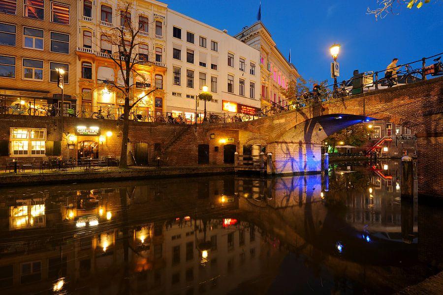 Oudegracht in Utrecht met Bezembrug  van Donker Utrecht
