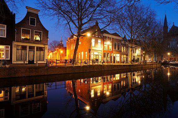 Lage Gouwe in Gouda ter hoogte van Achter de Vismarkt in de avond van Merijn van der Vliet