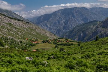 Dorpje in Picos de Europa van Easycopters