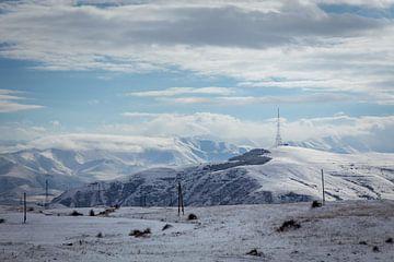 Besneeuwde bergtoppen in Armenie van Julian Buijzen