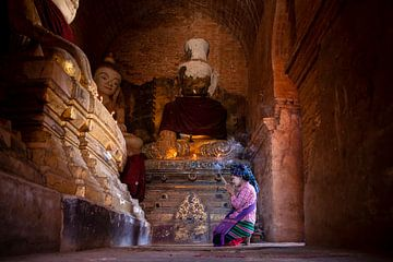 Bidden in de Indein pagode van Antwan Janssen