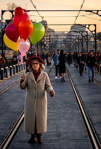 Lady on a bridge van Derrick Kazemier
