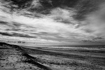 Zwart en wit beeld van de Noordwijkse kust van Linsey Aandewiel-Marijnen