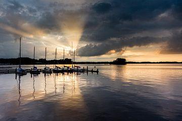 Achter de wolken schijnt de zon. van Ton Drijfhamer