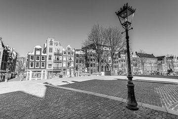 Fast menschenleere Torensluis-Brücke am Singel-Kanal in Amsterdam von Sjoerd van der Wal