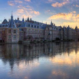 Het Torentje en Binnenhof Den Haag weerspiegeld in bevroren Hofvijver van Rob Kints