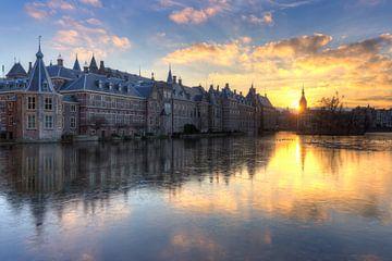 Het Torentje en Binnenhof Den Haag weerspiegeld in bevroren Hofvijver van