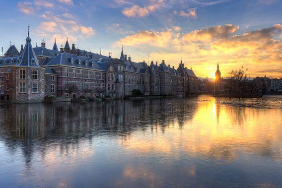 Het Torentje en Binnenhof Den Haag weerspiegeld in bevroren Hofvijver