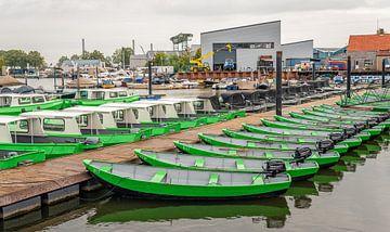 Huurboten in de Oude Jachthaven van het Nederlandse dorp Drimmelen