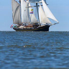 Driemaster schoener Gulden Leeuw zeilt op de Waddenzee van Sjoerd van der Wal