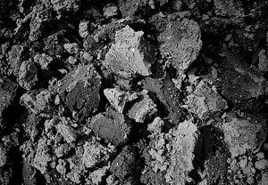 Omgeploegde grond in zwart-wit