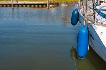 Blauw dansend op het water van J..M de Jong-Jansen