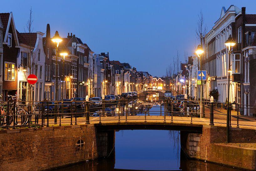 Turfmarkt in Gouda in de avond van Merijn van der Vliet
