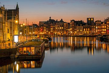 Amsterdamer Stadtbild an der Amstel in den Niederlanden bei Nacht von Nisangha Masselink