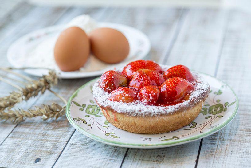 Gros plan d'une tarte aux fraises avec ses ingrédients sur John Kreukniet