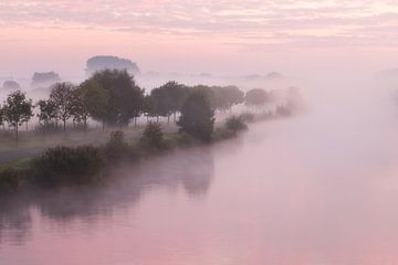 Mistige zonsopkomst boven de Leie in Lauwe