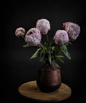 Stilleven met bloemen: roze pioenrozen in een vaas