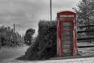 Schwarz & Weiß: Rot - Altmodische englische Telefonzelle von Jim Allen