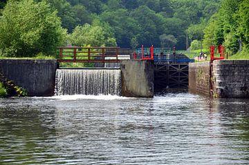Stuw met sluis en sluisdeur in de rivier de Yonne in de Bourgogne, Frankrijk van Gert Bunt