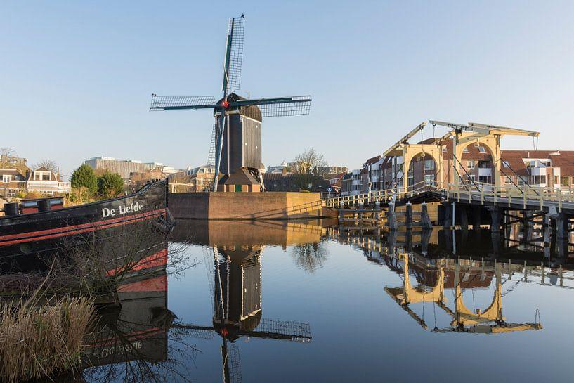 De Rembrandtbrug en Molen De Put in Leiden van Charlene van Koesveld