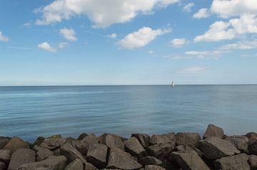 Varende Zeilboot Voor De Rotskust van Melvin Fotografie