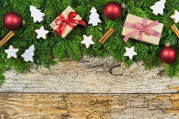 Traditionele kerstversiering op de achtergrond met geschenken en traditionele elementen van Alex Winter