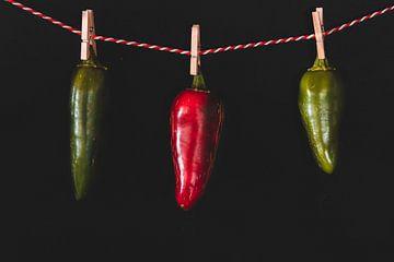 Dansende pepers rood en groen van Merel Tuk