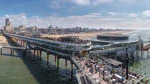 De Scheveningen Pier en het strand bij het Grand Hotel Kurhaus, Scheveningen,  Zuid-Holland van