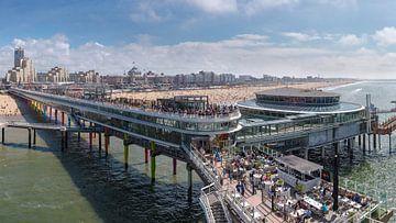 The Scheveningen Pier and the beach in front of the Grand Hotel Kurhaus sur Rene van der Meer