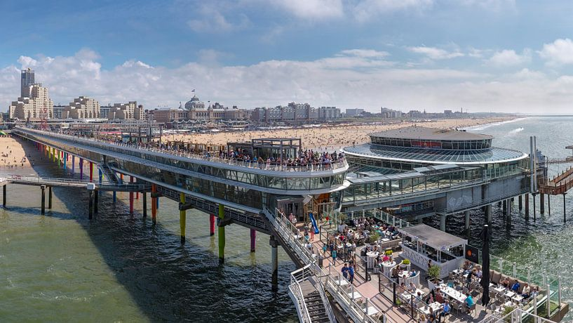 De Scheveningen Pier en het strand bij het Grand Hotel Kurhaus, Scheveningen,  Zuid-Holland van Rene van der Meer