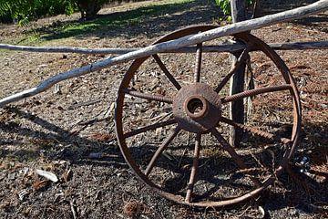 Altes, eisernes Kutschenrad auf Kuba sur Jutta Klassen