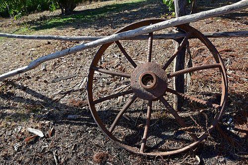 Old iron wheel, Cuba  sur Jutta Klassen