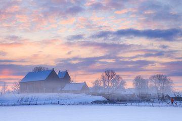 Het bekende  wierde kerkje van Ezinge in een wit winter landschap met een mooie zonsopkomst in Groni van Bas Meelker