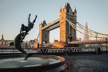 Meisje met De Dolfijn en Tower Bridge, Londen. van Lorena Cirstea