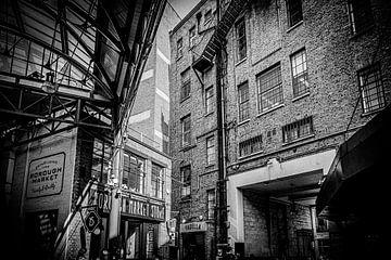 Borough Market London | Schwarz-Weiß-Foto I Straßenfotografie von Diana van Neck Photography