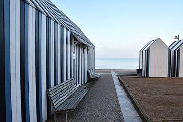 Blauw wit gestreepte badhuisjes aan de kust van Normandie.e. van Christa Stroo fotografie