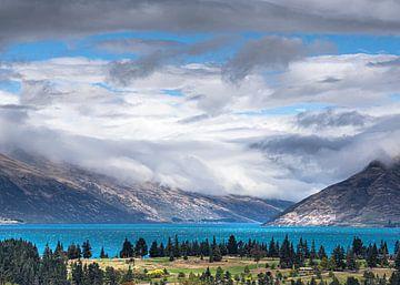 Azuurblauw Wakatipumeer bij Queenstown Nieuw-Zeeland van Rik Pijnenburg