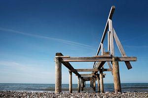 Zerbrochener hölzerner Pier oder Steg führt ins Meer vor blauem Himmel, Perspektive von unten, Kopie