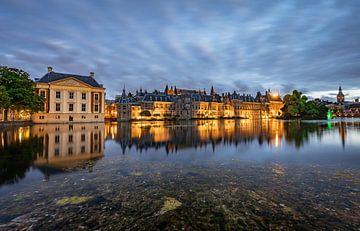 Mooie reflecties in de Hofvijver (Den Haag) van het Binnenhof in de avond. van Claudio Duarte