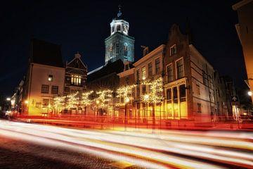 Verkeer voor de Lebuïnuskerk met kerstverlichting in Deventer van Bart Ros