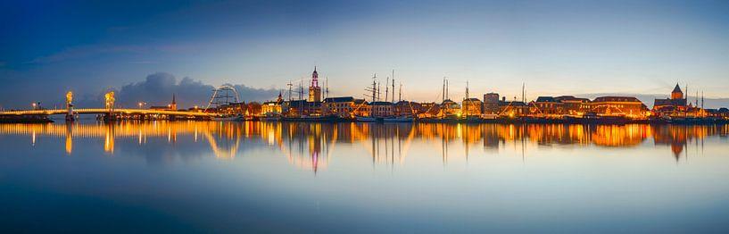 Hanzestad Kampen in de avond gezien vanaf de IJssel van Sjoerd van der Wal