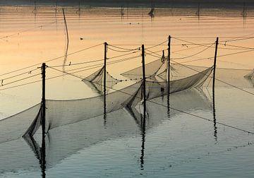 Küstenlandschaft mit Fischernetzen von Sky Pictures Fotografie