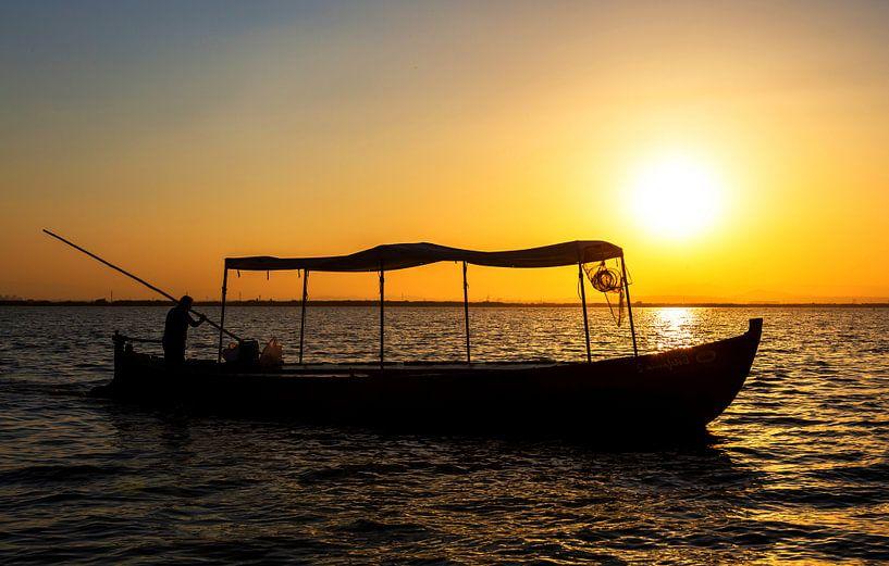 Bateau de pêche au coucher du soleil sur Frank Herrmann