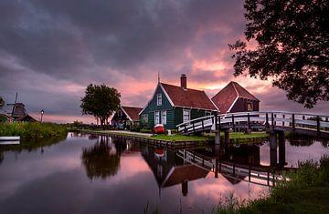 Sonnenaufgang im typisch niederländischen Zaanse Schans von Jarno Boks